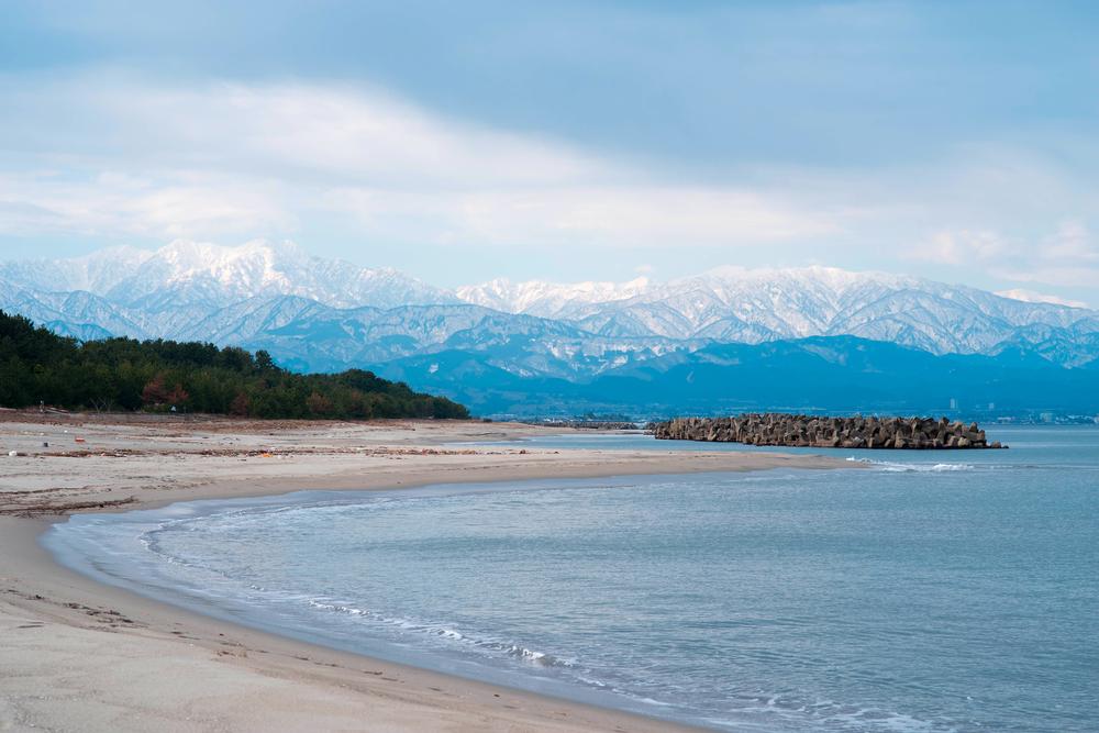 La baie de Toyama et les montagnes de Tateyama