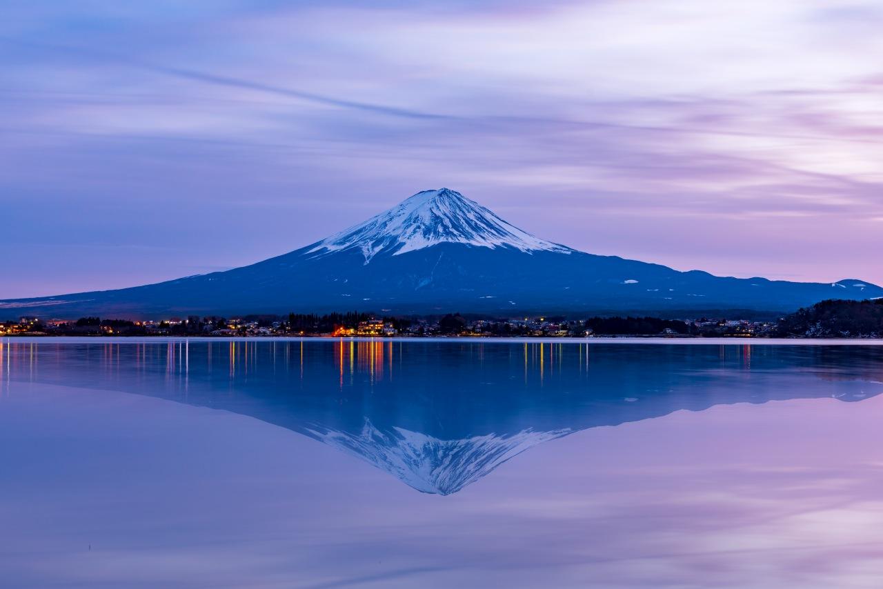 Le Mont Fuji se reflétant dans le Lac Kawaguchi au crépuscule