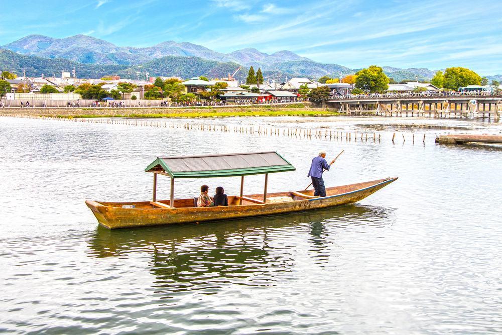 Pagode sur la rivière Katsura à Arashiyama