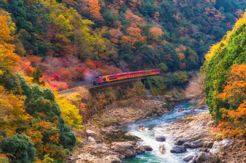 """Petit train touristique """"torokko"""" de Sagano et descente de la rivière Hozu en bateau"""