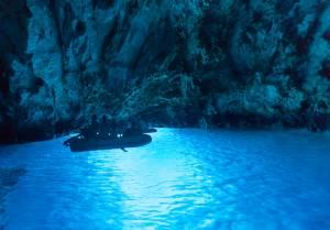 世界3大青の洞窟の一つ、アドリア海ビシェボ島にある『青の洞窟』-新婚旅行・フルムーンに