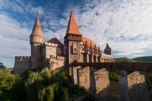 入り口へ長く伸びた橋が美しい、フネドアラ城【ルーマニア情報】