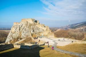 国境にそびえる荒れ果てた城 デヴィーン城【スロヴァキア情報】