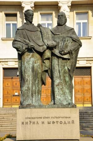 国立図書館を見守る兄弟像【ブルガリア情報】