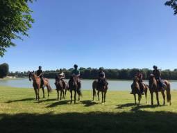 ヴェルサイユで特別乗馬体験とシャンパーニュ地方でシャンパンを味わう