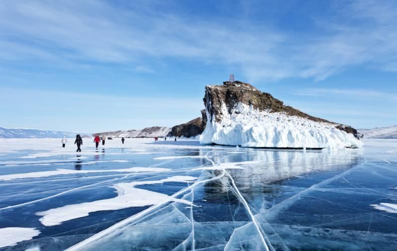 美しい氷の絶景を求めて冬のバイカル湖へ