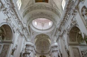 真っ白な漆喰彫刻の美しい、ヴィリニュスの教会【リトアニア情報】