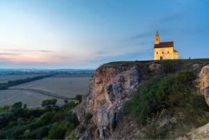 なぜこんなところに教会が?丘にそびえる神秘の教会【スロヴァキア情報】