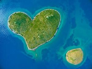 愛の島、ハートの島と知られるクロアチアのガレシュニャク島