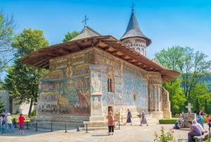 外壁を鮮やかなフレスコ画が覆う、モルドヴァの5つの修道院【ルーマニア情報】