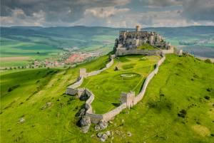 丘にそびえる巨大な廃墟、スピシュ城