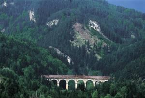 スイスだけじゃない!石造りのアーチ橋を走る世界遺産「セメリンク鉄道」