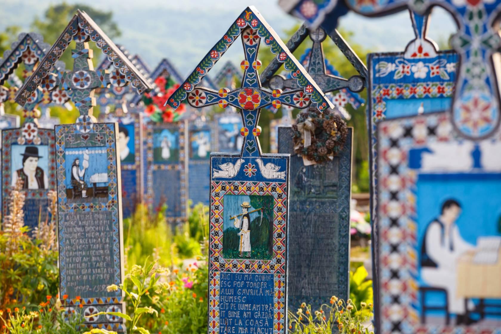 ヨーロッパ旅行・周遊ツアーならユーロ・エクスプレス        ヨーロッパを深く旅するルーマニア、サプンツァのお墓はとっても陽気?