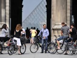 パリの隠れた魅力に出会える♪日本語ガイド付き電動自転車ツアー(昼/夜)+アパートホテル滞在【2名様】