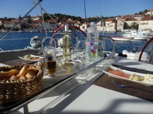 クロアチアのヨット旅−キャビンに射込む朝日で目覚める−