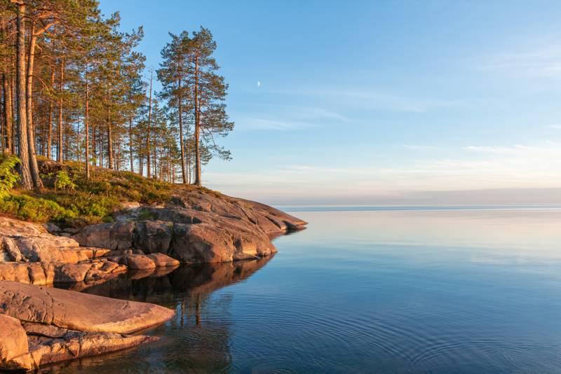 「森と湖の国」ペトロザヴォーツクで湖畔を散歩