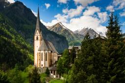 オーストリア最高峰グロースグロックナーと美しい村ハイリゲンブルート (往復送迎付き)