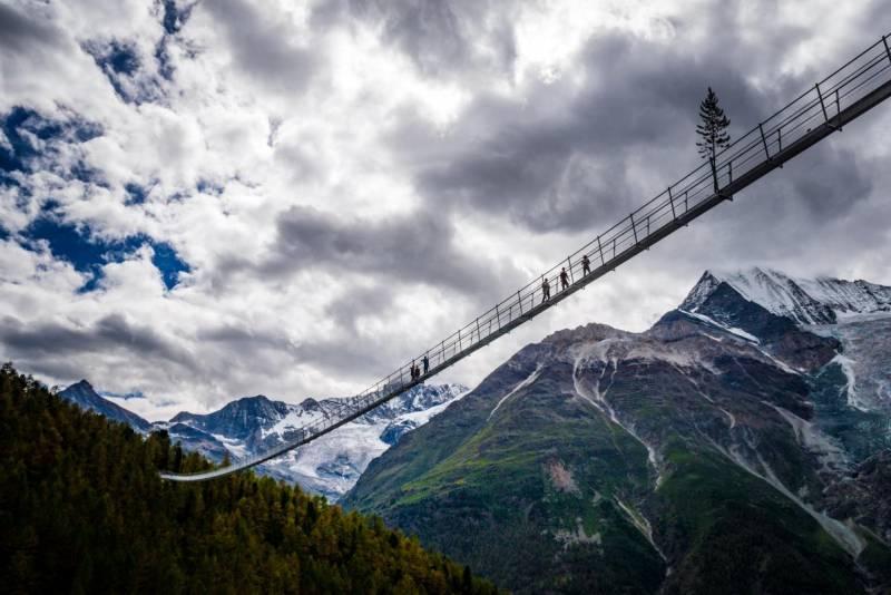 スリル満点!世界最長の吊り橋「チャールズ・クオーネン橋」