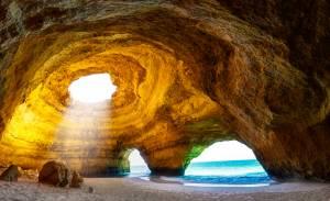 海からしか行けない魅惑の洞窟