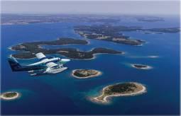 水上飛行機で巡るクロアチアジブリの世界が広がる