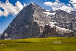 アイガー北壁と登山者を見守る新旧ミッテルレギ・ヒュッテ